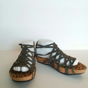 Earth gray suede sandals with zip back close